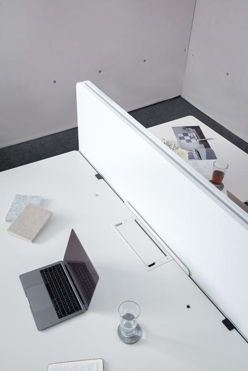 Die Akustik Trennwand für den Schreibtisch eignet sich ideal für das Büro