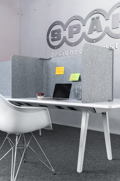 Der Akustik Schreibtischabsorber eignet sich als professionelles Akustikmodul für die Schreibtischmontage