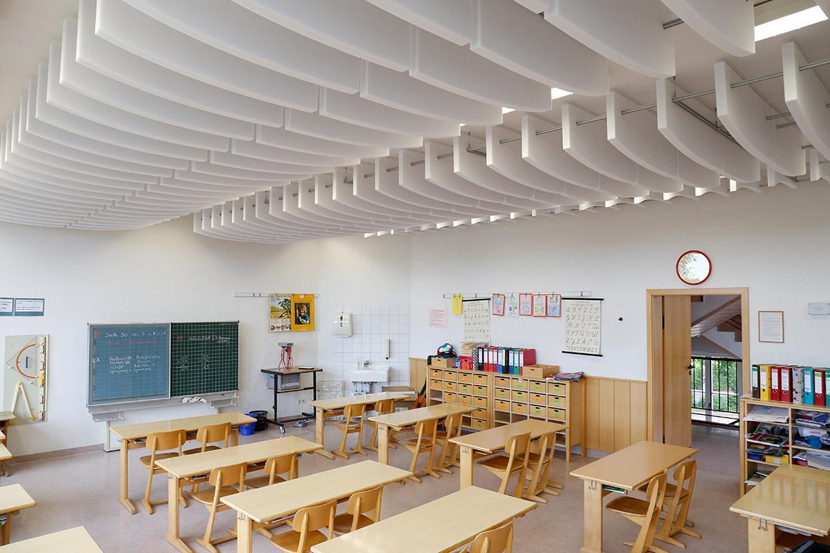 Schlechte Raumakustik in einer Schule verbessert