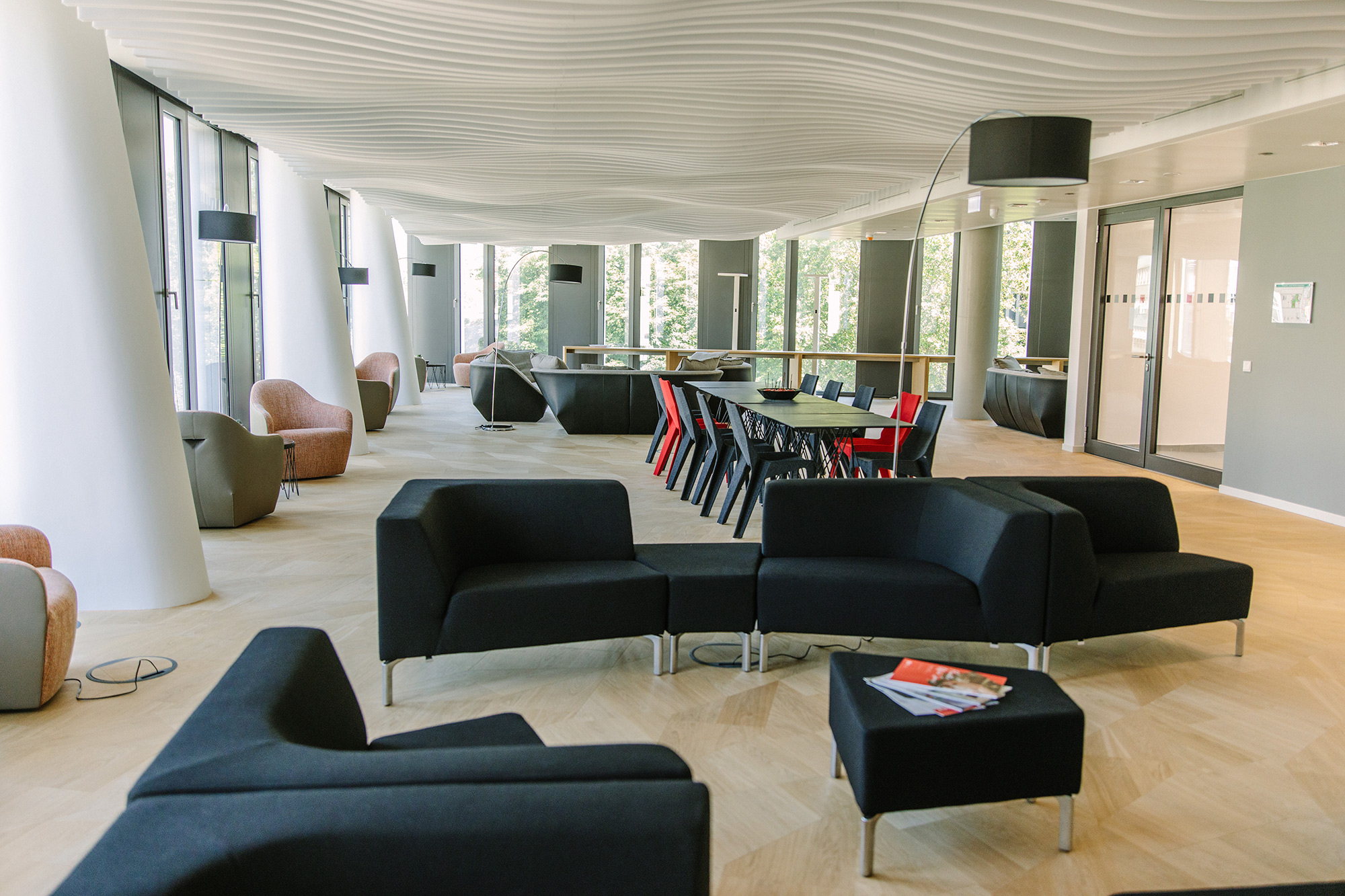 Nachhaltige Akustikdecke im Großraumbüro